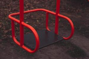 columpio rojo infantil vacío foto