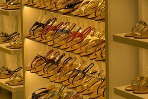 elegantes y coloridas chanclas de cuero expuestas a la venta foto