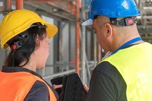 trabajadores de la construcción vista trasera foto