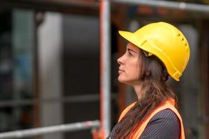 retrato de perfil de mujer ingeniero foto