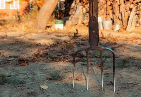 Horquilla en el suelo de cerca en el jardín foto