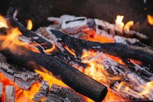 quema de carbón en el fuego para barbacoa foto