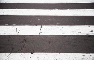paso de peatones en la carretera por seguridad foto