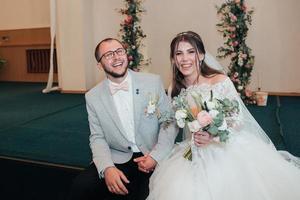 Fotografía de boda de las emociones de los novios en diferentes lugares. foto