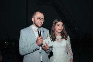 los novios en la fiesta del micrófono agradecen a los invitados y a los padres foto