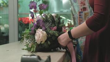 floristería crea un ramo video