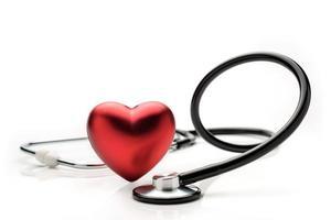 Estetoscopio y símbolo del corazón aislado sobre fondo blanco. foto