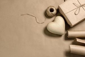 Corazón de papiermache y embalaje artesanal sobre un fondo con espacio de copia foto