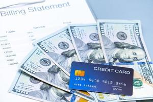 Plano de imagen de estado de cuenta médica, billetes y tarjetas de crédito en el fondo gris foto