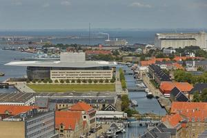 Horizonte de la ciudad escandinava de Copenhague en Dinamarca durante un día nublado foto