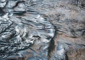 superficie de agua abstracta con efecto metálico foto