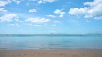 Ein Tag, an dem der Himmel klar und das Meer ruhig ist video