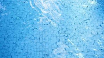 la superficie dell'acqua nello stagno turchese video