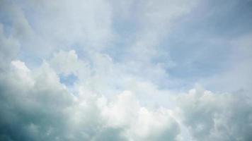 wolken aan de hemel bewegen langzaam in de tijd time-lapse video