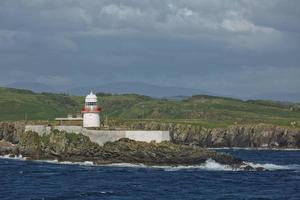 Faro de la isla podrida cerca de killybegs en el condado de Donegal en Irlanda foto