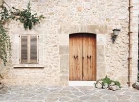 2015- casa de piedra de pueblo mediterráneo foto