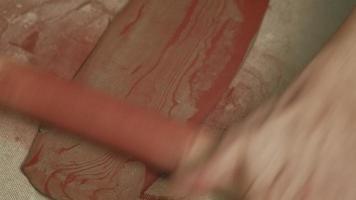 ceramista rodando arcilla roja video