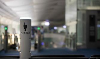 puerto de carga para dispositivos móviles en el aeropuerto moderno foto