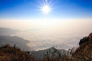 amanecer y mar de niebla por la mañana en phu chi fa chiangrai tailandia foto