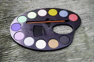 paleta de pintura sobre tablero de madera foto
