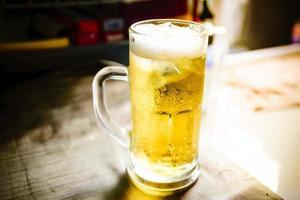 cerveza fría en un vaso foto