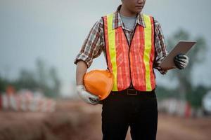 Ingeniero de construcción supervisando el trabajo en el sitio de construcción foto