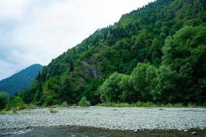paisaje natural con vistas al lago ritsa foto