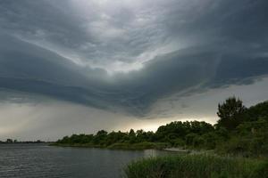 espectacular paisaje con nubes de tormenta sobre el lago foto