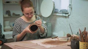personne travaillant dans un atelier de céramique video