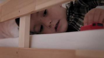 un enfant se trouve au lit insomnie manque de sommeil video