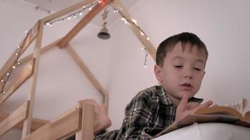 l'enfant est couché dans son lit insomnie manque de sommeil video
