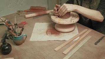 trabalhando com argila em uma roda giratória video