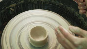 elaborando uma pequena tigela na roda de oleiro video