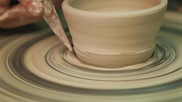 close up de uma tigela em uma roda de oleiro video