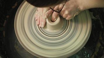 fabricação de cerâmica na roda video