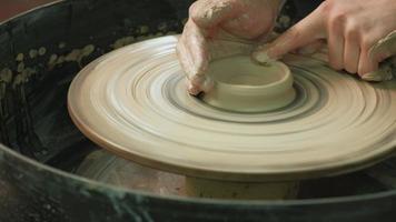 trabalhar na roda de oleiro fazendo cerâmica video