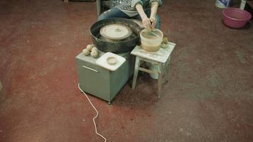 pessoa criando um pedaço de cerâmica em uma roda de oleiro video