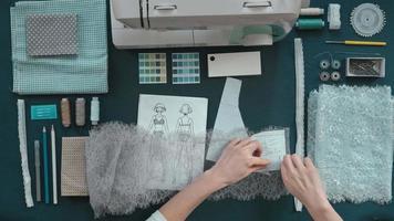 costureira pregando tecido video