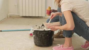 mujer mezclando pintura en un balde video