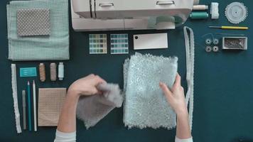 costureira comparando tecidos video