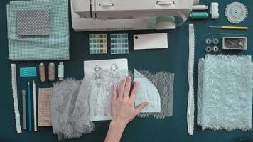 costureira pregando tecido antes de costurar video