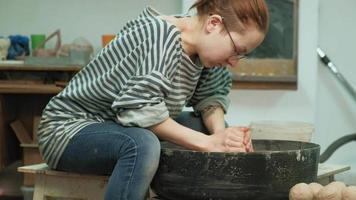artesão usando uma roda de oleiro video