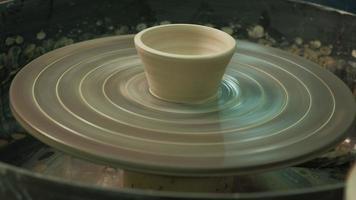 girando cerâmica em uma roda de oleiro video