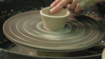 fazendo cerâmica em uma roda video
