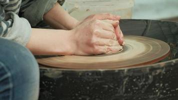 trabalhando argila em uma roda de oleiro video