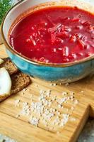 sopa de remolacha roja y pan negro con tocino foto