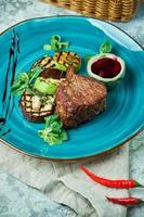 bistec con barbacoa, verduras y salsa de loganberry foto