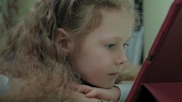 bambino in età prescolare ragazza utilizza un tablet computer video