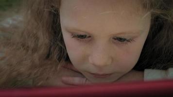 fille d'âge préscolaire utilise une tablette informatique video