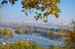 Vista panorámica del distrito de Podil y el río Dnipro en Kiev en otoño foto